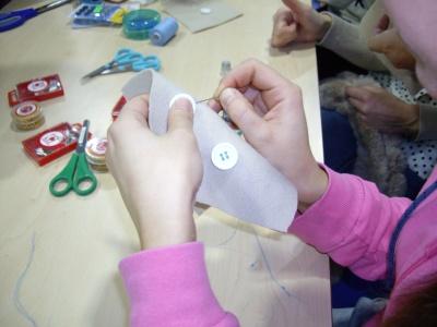 Cosiendo botones con calidad